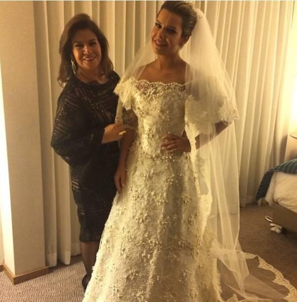 A estilista Martha Medeiros postou foto ao lado da atriz, já vestida de noiva