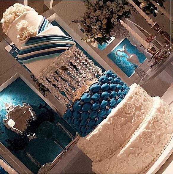 O bolo de casamento e a mesa principal