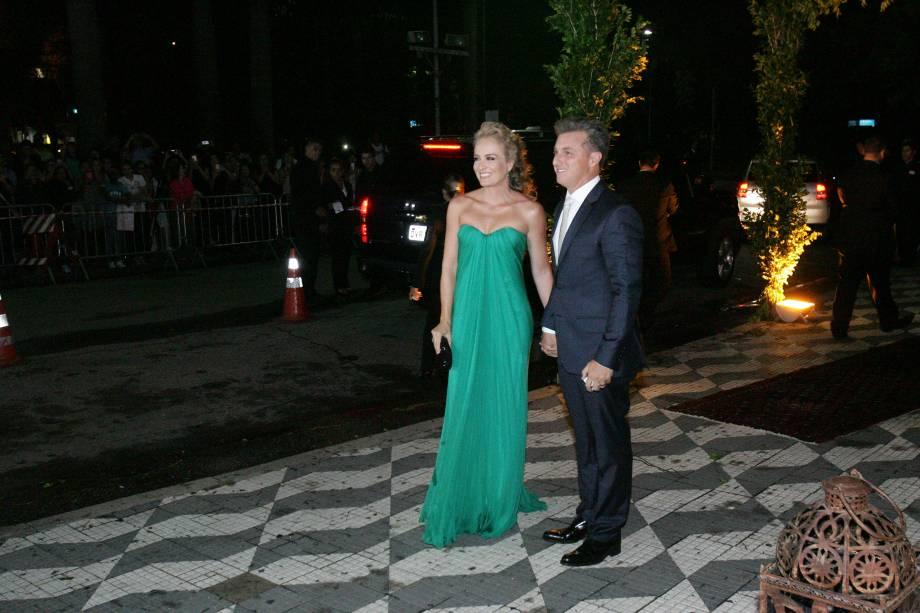 Os apresentadores globais Luciano Huck e Angélica