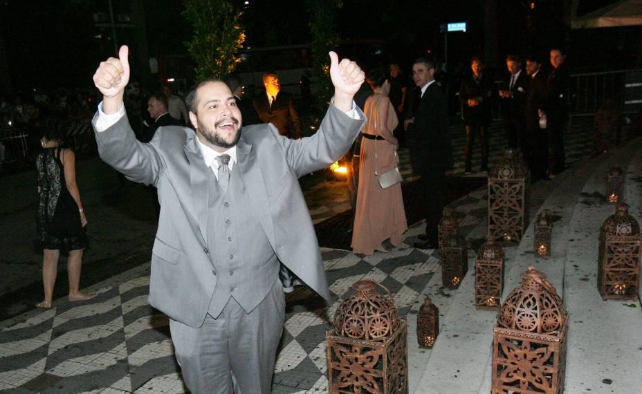 O ator Thiago Abravanel chega ao local da cerimônia