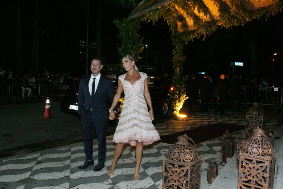 Adriane Galisteu e o marido, Alexandre Iódice, que chegaram atrasados