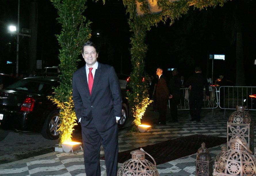 O ator Marcelo Serrado também marcou presença no casório