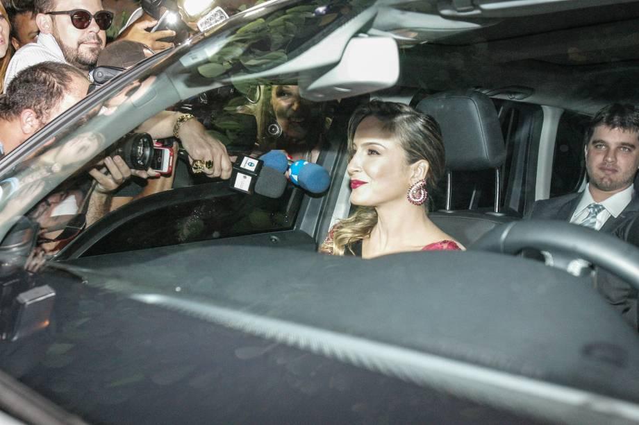 A cantora Cláudia Leitte, que não foi ao casamento, chega para a festa