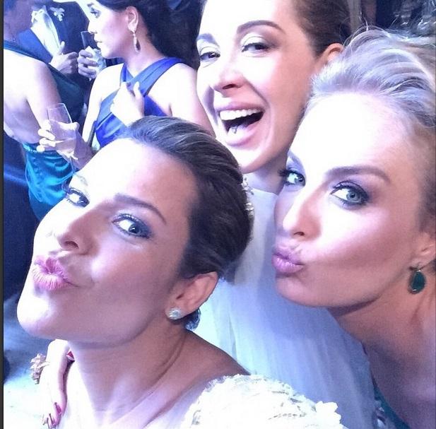 A noiva Fernanda Souza faz selfie com Claudia Raia e Angélica