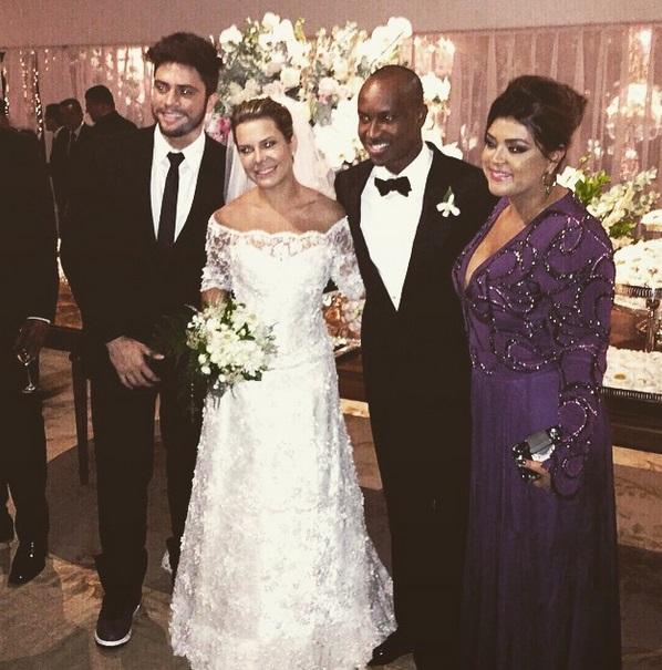 A madrinha Petra Gil publicou foto com os noivos