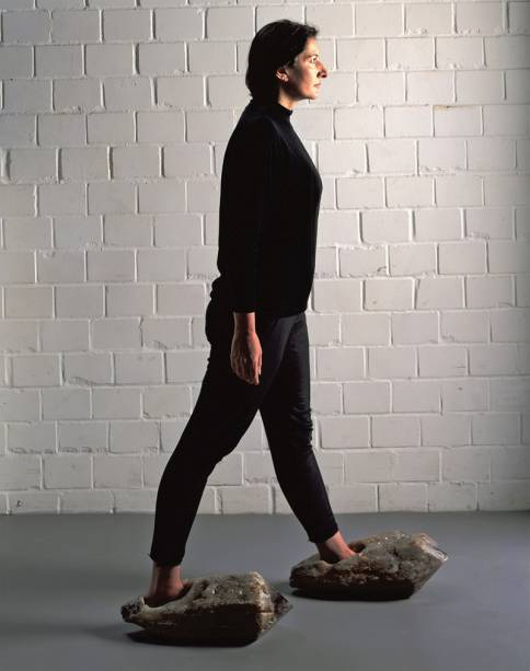 A artista sérvia usa sapatos de cristal: forte carga energética
