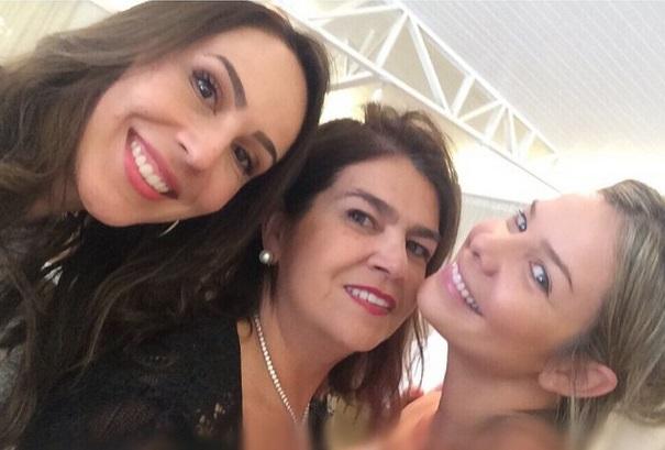 Com Martha Medeiros (<em>no centro</em>) e Graciella Starling, que fez uma joia para Fernanda colocar nos cabelos