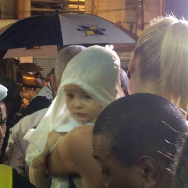 Alexandre tem 11 meses e chegou protegido da chuva