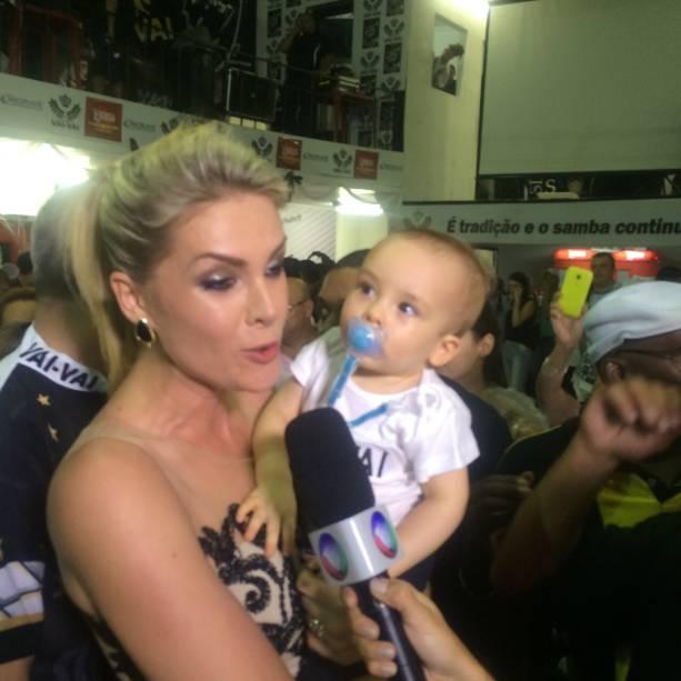 Ana Hickmann foi com o filho prestigiar a festa