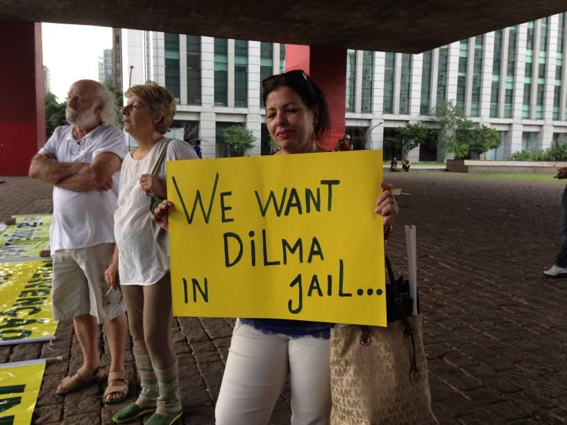 A manifestante Carolina Soares pedia, em inglês, a prisão da presidente Dilma Rousseff