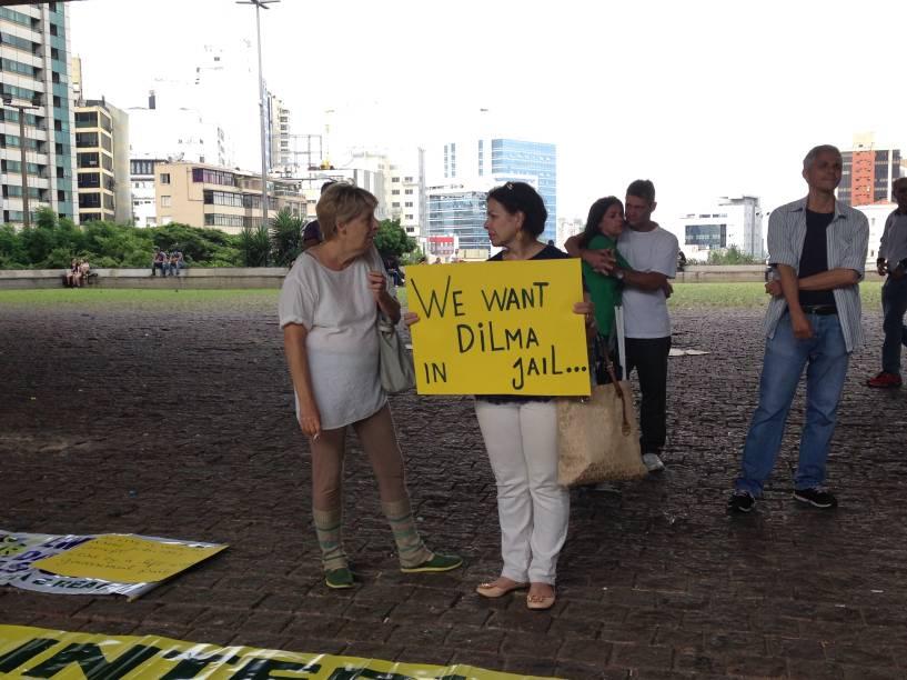 """Vivemos em uma democracia falsa"""", dizia um cartaz"""