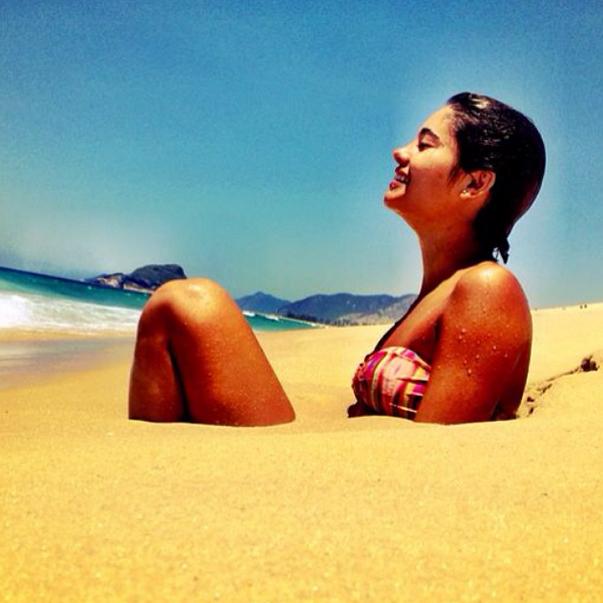 A atriz Sophie Charlote posta foto na praia na data