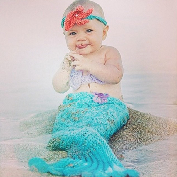 A modelo Mariana Weickert posta foto de bebê vestida como sereia