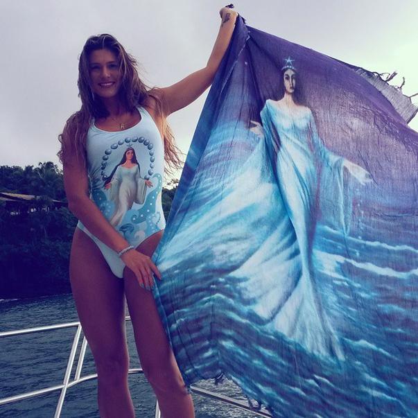 A modelo Lívia Andrade exibiu canga com desenho da rainha do mar