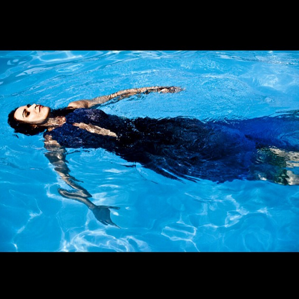 Em um mergulho na piscina, a atriz Ingra Liberato prestou sua homenagem a Iemanjá