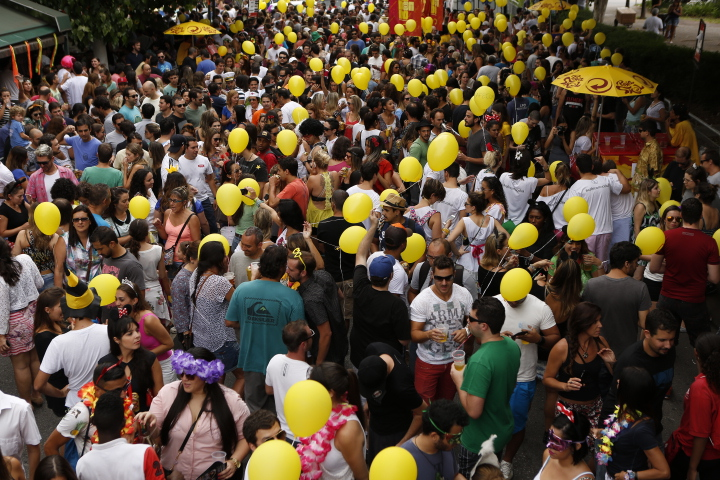 Foliões no bloco Fogo e Paixão, no sábado (31)