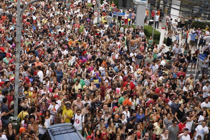 Foliões no bloco Ritaleena, no sábado (31)