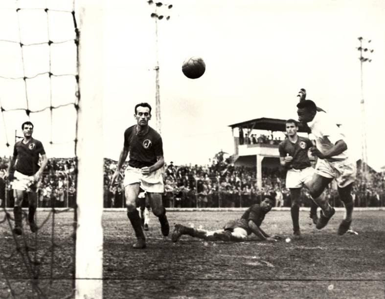 Jogo contra o Santos, em 1959: Pelé marcou o gol mais bonito da carreira na Mooca
