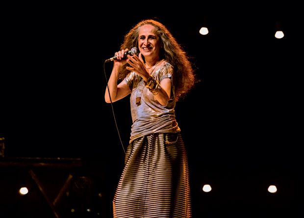 Maria Bethânia leva ao palco espetáculo que celebra os cinquenta anos de carreira