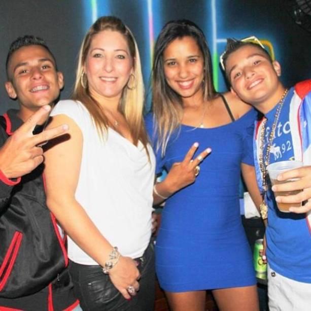 Gustavo, a mãe, Claudia, a irmã, Stefani, e o irmão Gui