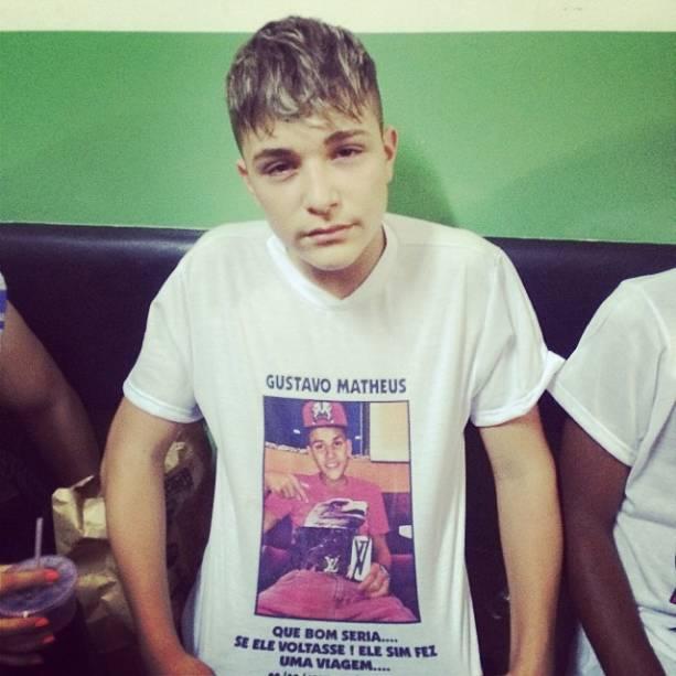 O cantor fez uma camisa em homenagem ao irmão
