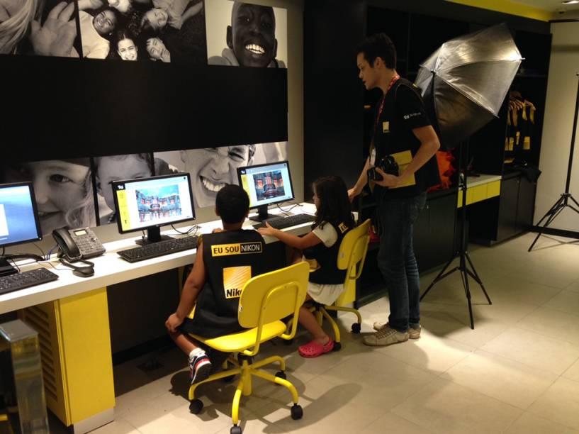 Estúdio fotográfico da Nikon: a meninada tem 10 minutos para fotografar o que quiserem no espaço e depois descarregam as próprias fotos
