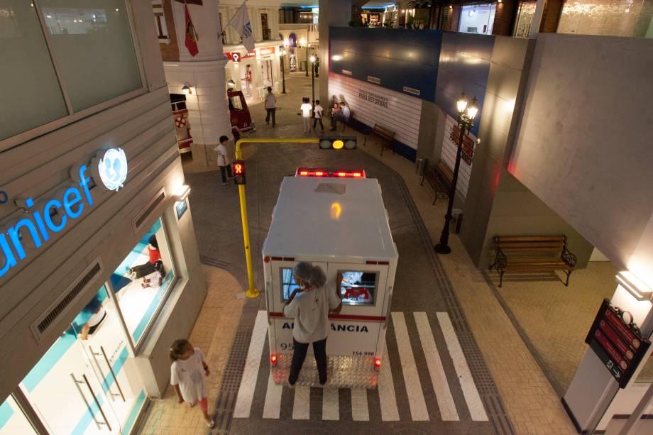 A ambulância para salvar os feridos