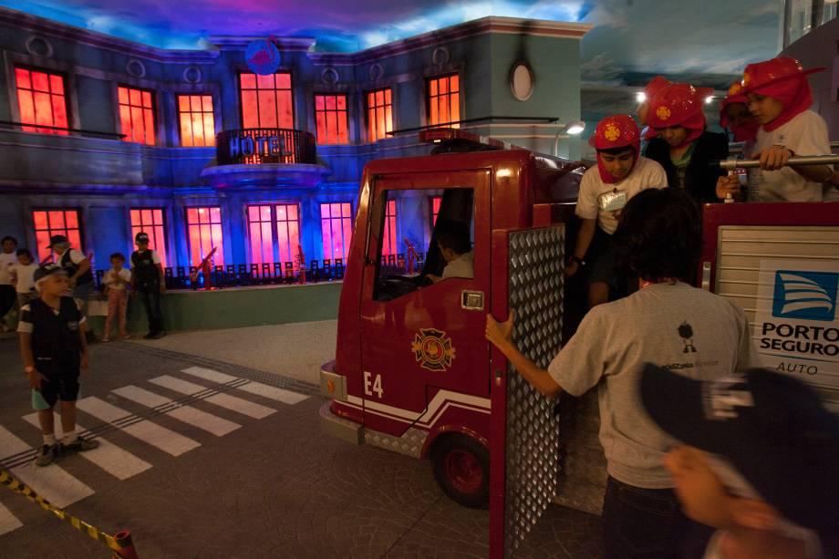 Um hotel em chamas é o motivo da chegada dos bombeiros
