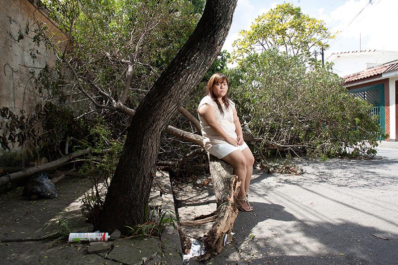Dez dias após o temporal do fim do ano, a moradora do Brooklin, Karina Koike, de 26 anos, ainda aguardava pela retirada de uma árvore. Ela ficou três dias sem luz e teve que jogar a comida fora e os remédios refrigerados da avó