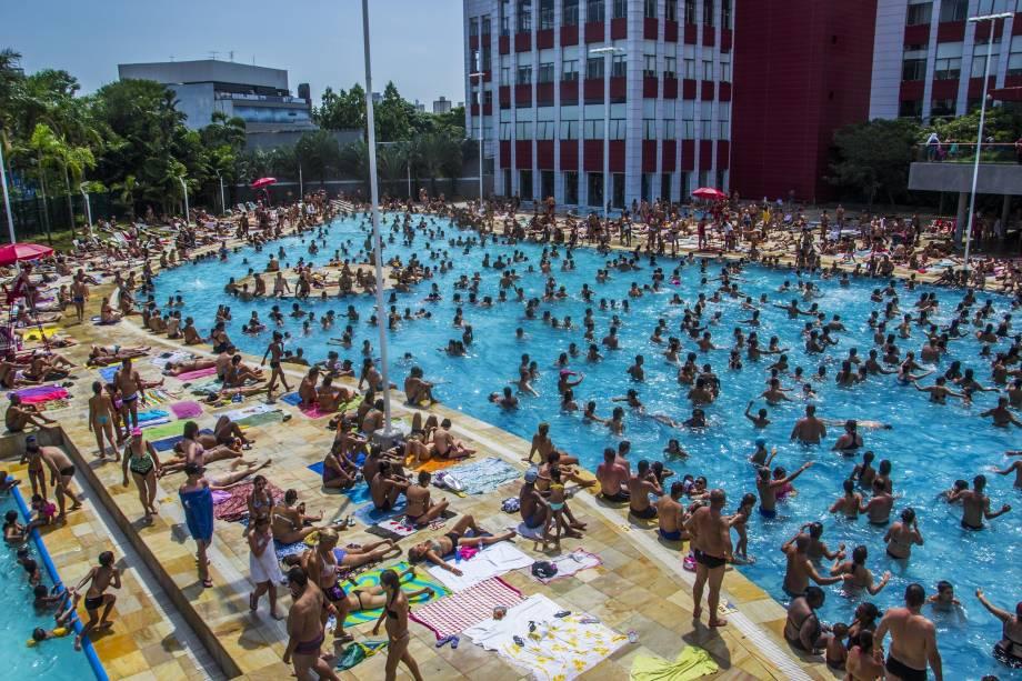 Centenas de paulistanos se refugiaram do calor na piscina do Sesc Belenzinho, na Zona Leste, neste domingo (18)
