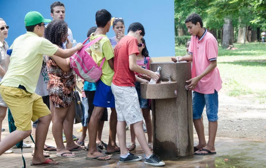 Bebedouro disputado: adolescentem fazem fila para beber água no Parque do Ibirapuera