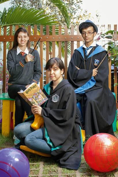"""É gratificante incentivar o hábito da leitura por meio das histórias de Harry Potter"""" - Jessyca Araujo (<em>no centro</em>)"""