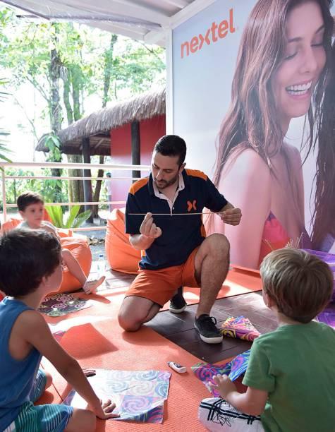 Crianças se divertem fazendo a própria pipa com o oficioneiro Rodrigo Frias