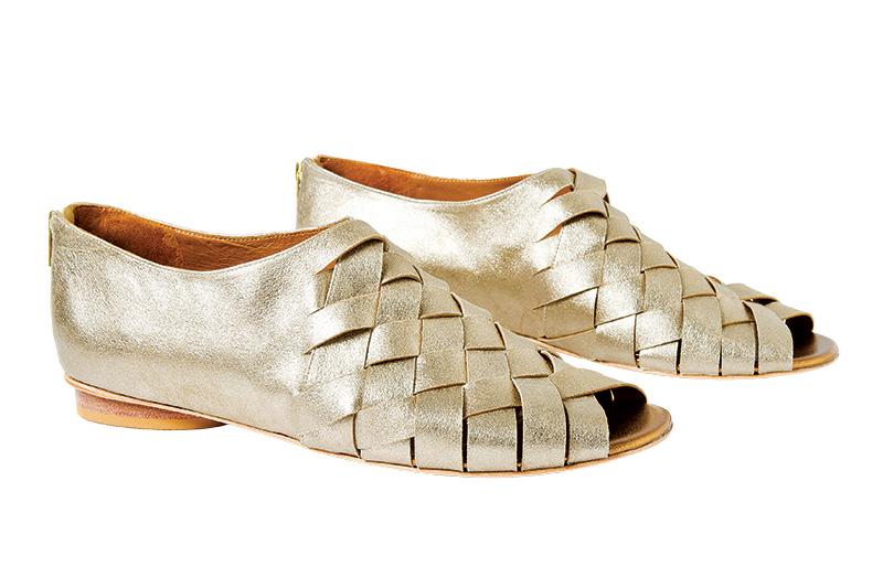 Sandálias de couro. R$ 529,00 o par. Luiza Perea, Rua Girassol, 157, Vila Madalena, ☎ 3032-0126, www.luizaperea.com.