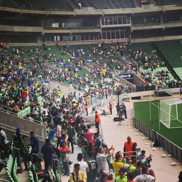 O público no primeiro jogo teste: 10 000 ingressos foram distribuídos entre torcedores