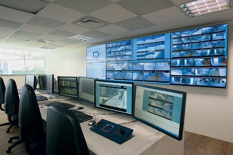 Os visitantes serão monitorados por 250 câmeras de segurança. A central de controle terá acesso aos dados da polícia e da CBF para identificar pessoas com antecedentes de conduta violenta em estádios