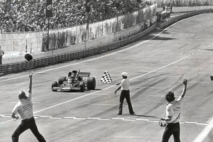 emerson-fittipaldi-da-lotus-recebendo-a-bandeirada-pela-vitoria-no-gp-do-brasi.jpeg