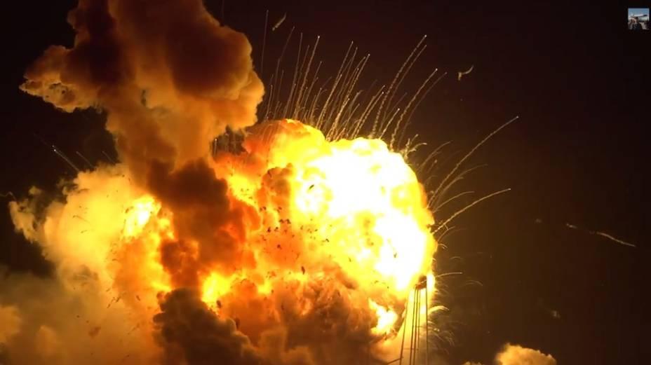 Após perder potência, o foguete começa a cair