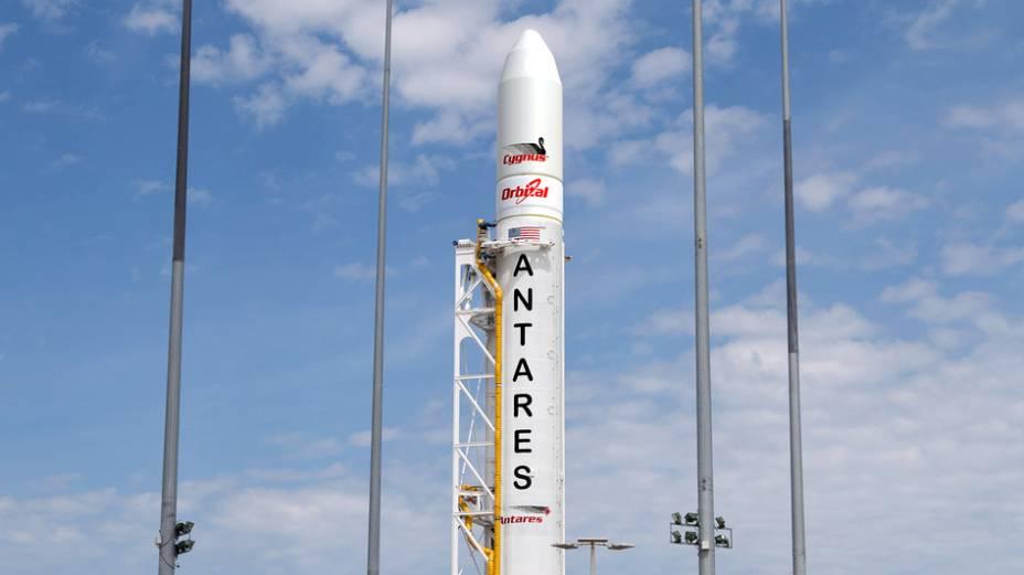 O foguete Antares, ainda intacto, antes de seu lançamento