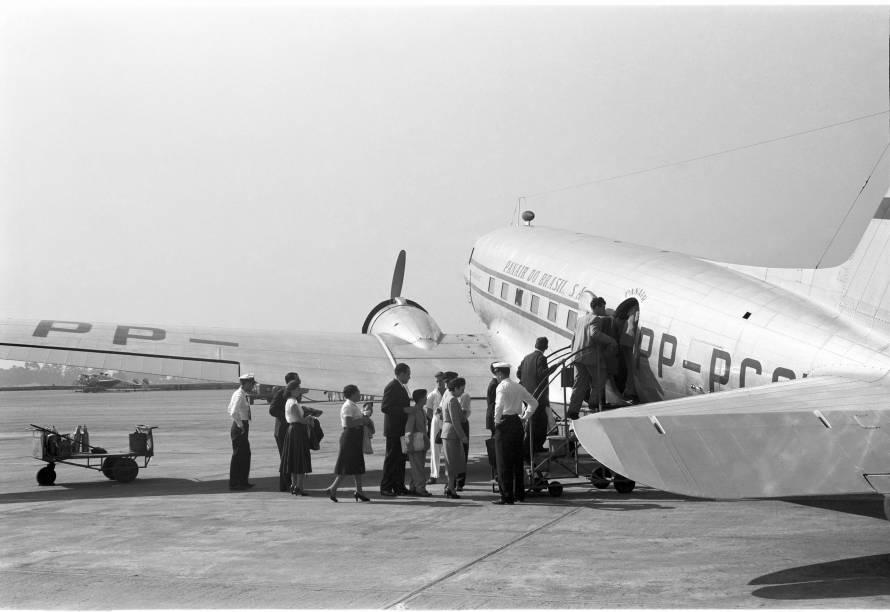DC-3 da Panair, em 1953, no Aeroporto de Congonhas: embarque dos passageiros na pista