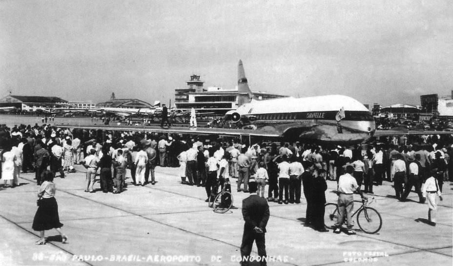 Aeronave a jato Caravelle, no Aeroporto de Congonhas: público observa o pouso