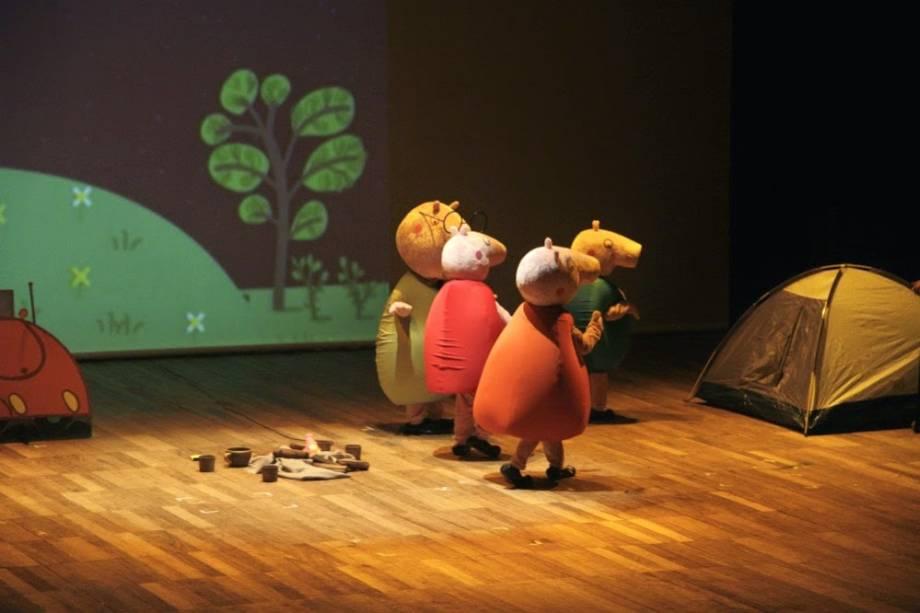 As crianças Paty e Guto falam, por exemplo, sobre a vida em família da porquinha