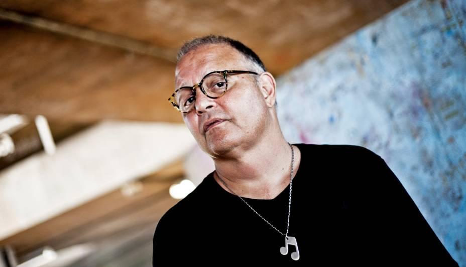 Não havia páreo para Guilherme Arantes nos anos 1980. Seus discos vendiam aos milhares e suas músicas eram trilhas de novelas, enfileirando sucessos como <em>Deixa Chover</em>, <em>Cheia de Charme</em> e <em>Planeta Água</em> em ritmo industrial. Depois de um período de ostracismo, ele foi alçado ao status de cult no último ano com o lançamento de <em>Condição Humana</em>. A crítica logo abraçou o álbum, enquanto nomes da nova safra musical brasileira declararam admirar o artista e até participaram do disco. Foi o caso de Tulipa Ruiz, Kassin, Adriano Cintra, Curumin e outros.
