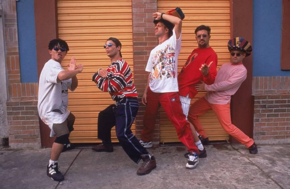 Assim como o Charlie Brown Jr., os Mamonas Assassinas foram uma aposta certeira do produtor Rick Bonadio. Divertidíssimo e versátil, o conjunto liderado por Dinho lançou apenas um trabalho, homônimo (1995), antes de acabar depois que o avião no qual os cinco integrantes viajavam se chocoucontra a Serra da Cantareira em 1996.