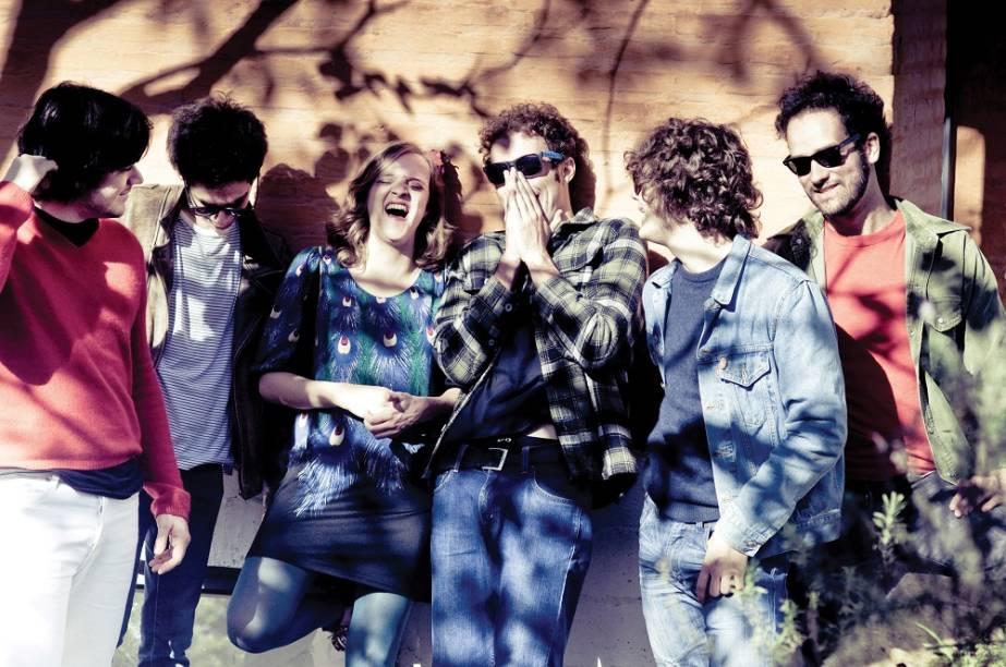 Condensando rock, soul, funk e uma pitada de jovem guarda, o Garotas Suecas é uma das boas bandas a surgir por aqui na última décadas. <em>Feras Míticas</em>, trabalho que foi lançado no último ano, expandiu o leque de influências e contou com vocais de todos integrantes – mudança que se mostraria providencial para a sobrevivência da banda depois da saída do principal vocalista Guilherme Saldanha.