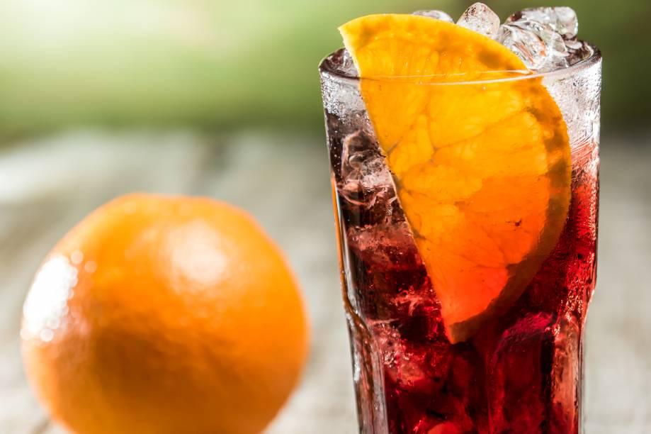 Drinque americano por Laércio Zulu: usando bitters, vinho modificado com infusão de ervas e água com gás aromatizada com limão