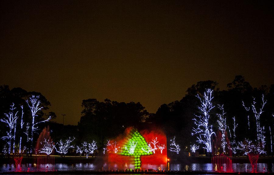 Árvore de Natal é projetada nas águas da fonte multimídia do Ibirapuera
