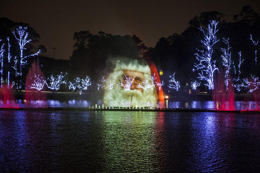 Papai Noel aparece durante projeção na fonte multimídia do Ibirapuera