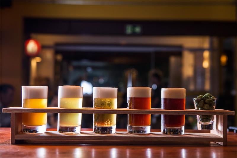Bateu a indecisão? Peça a degustação de cinco chopes da Cervejaria Ideal, que chega à mesa com copinhos de 100 mililitros