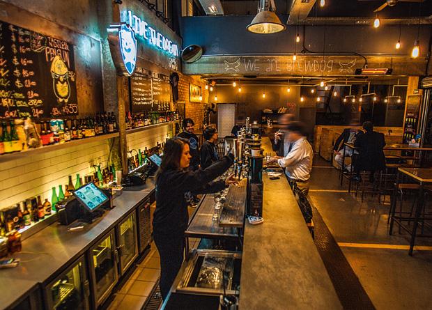 O salão de 400 metros quadrados do BrewDog Bar: antiga oficina mecânica